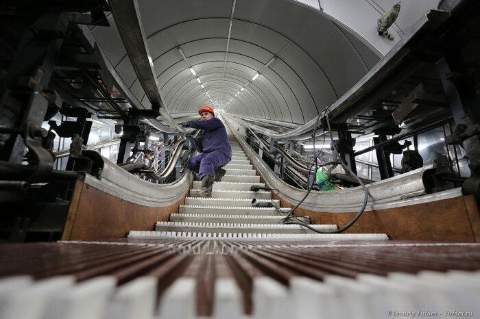 Периодически эскалаторы приходится чинить. /Фото: primorspb.ru.