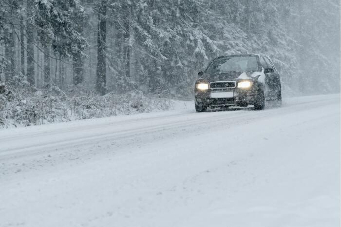 Снег делает дорогу скользкой. /Фото: nzpr.ru.