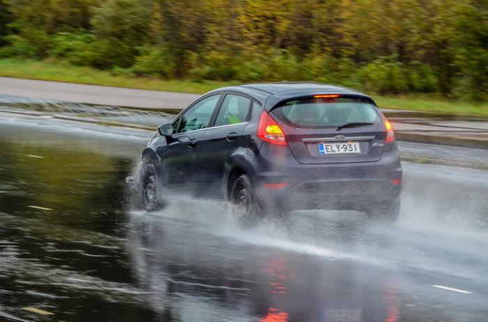 Выбор стиля торможения меняется не только от ситуации, но также и от состояния покрытия. /Фото: tire1.ru.