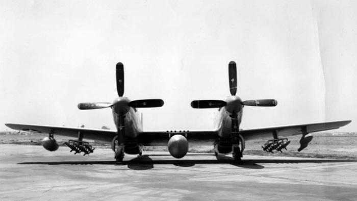 Сдвоенный North American XF-82 для сопровождения.