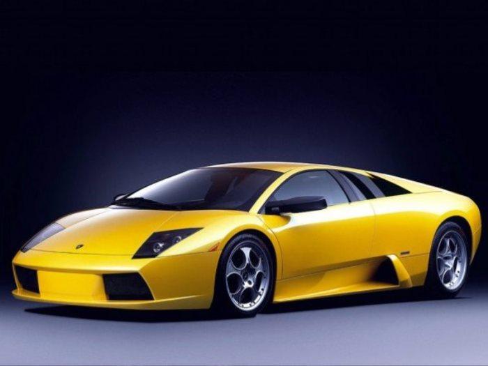 Обафеми Мартинс любит свой Lamborghini Murcielago.