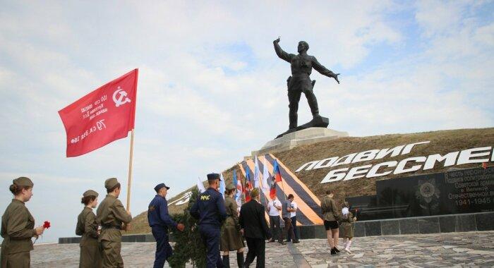 По мотивам фотографии создан памятник. /Фото: warfiles.ru.
