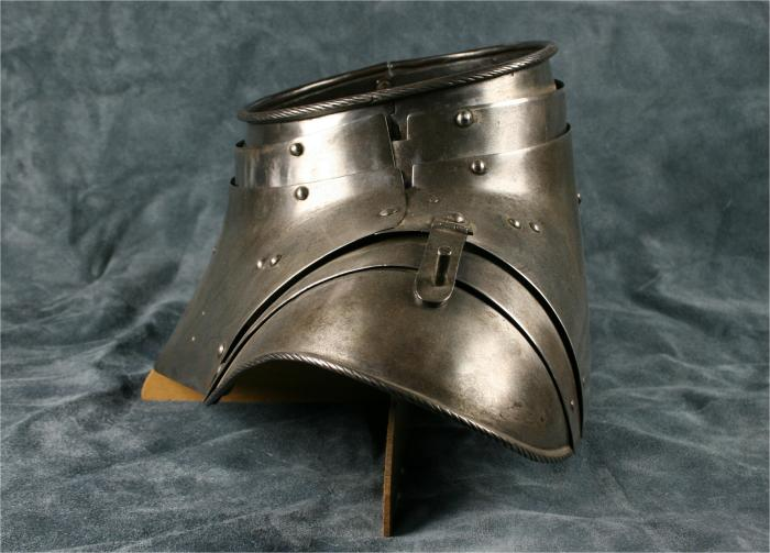 В эпоху рыцарей горжет был вообще таким и носили его все, кто облачался в латы. /Фото: allenantiques.com.