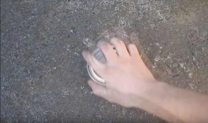 Трем о твердую поверхность. /Фото: youtube.com.