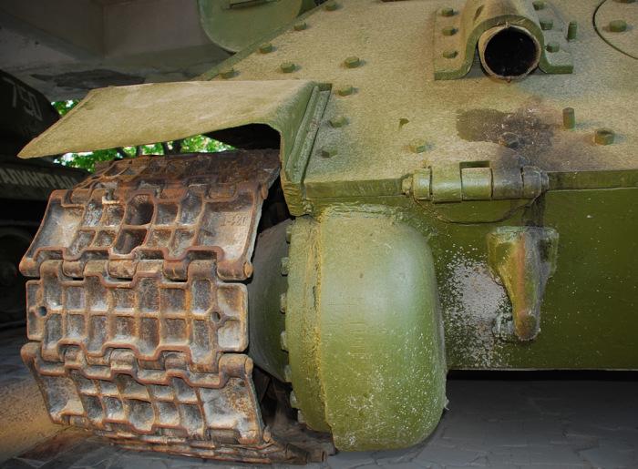 У танков и тракторов разные гусеницы. /Фото: karopka.ru.