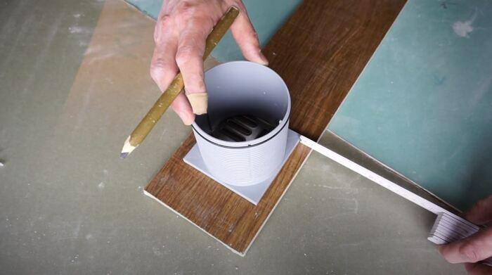 Прикладываем деталь, под которую нужно сделать вырез, и выполняем разметку. /Фото: youtube.com.