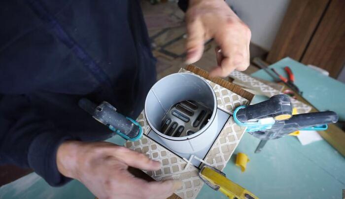 Делаем ограничители из кусочков плитки. /Фото: youtube.com.