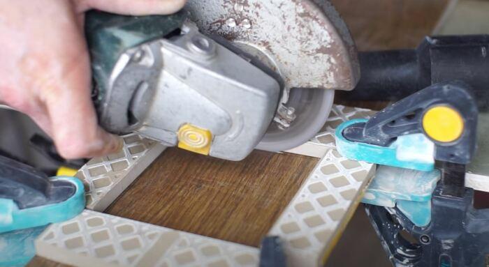 Делаем прорези, а потом повторяем всю процедуру с обратной стороны плитки. /Фото: youtube.com.