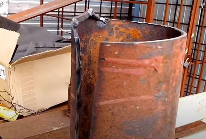 Обрезаем трубу. /Фото: youtube.com.