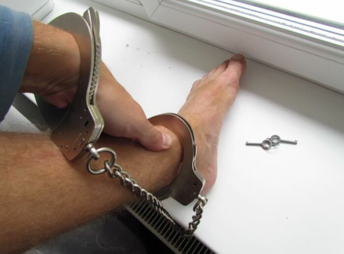 Обычно приковывают к ноге. /Фото: allzip.org.