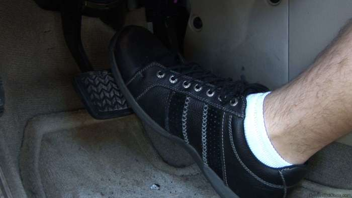 При изношенных колодках между началом торможения и нажатием на педаль есть серьезный лаг времени. /Фото: zr.ru.