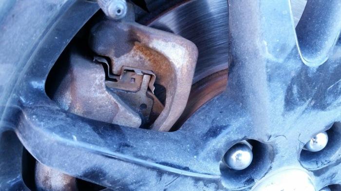 При износе тормозных колодок появятся посторонние шумы. /Фото: drive2.com.