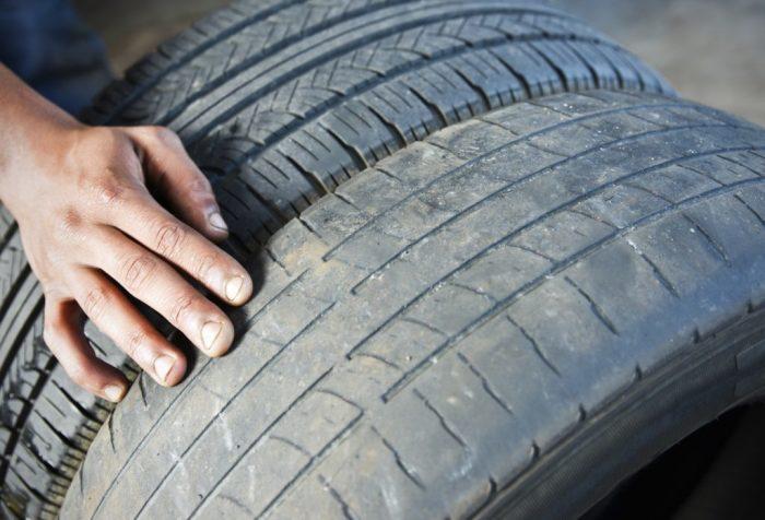 Найти ложбины на протекторе может быть очень сложно. /Фото: universeofcars.ru.