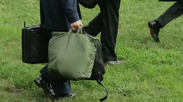 Одна из многих неприметных сумок в свите президента. /Фото: avax.news.
