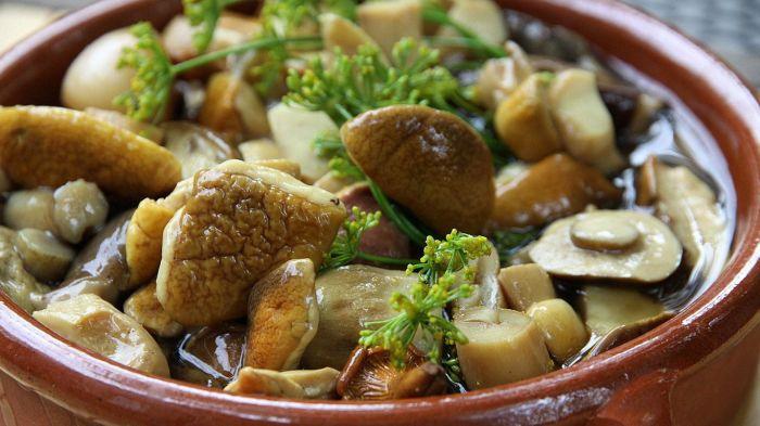 Даже маринованные грибы выглядят подозрительно. /Фото: wums.ru.