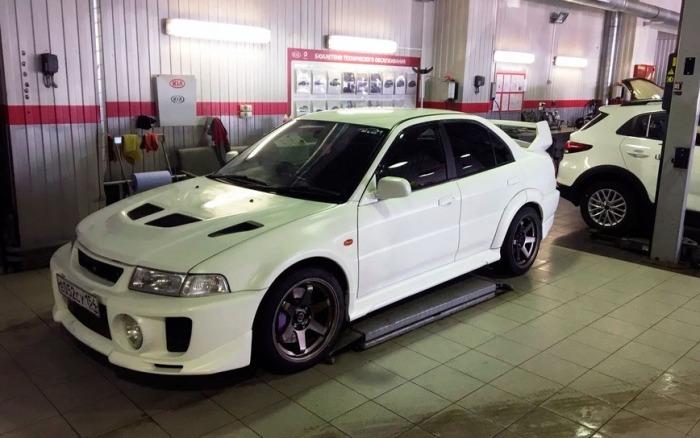 Роскошный Mitsubishi Lancer Evolution V.