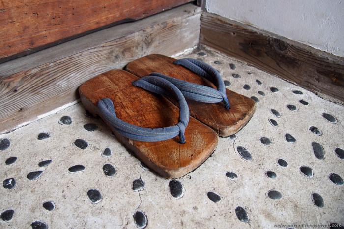 Обувь остается у порога. /Фото: buzzon.live.
