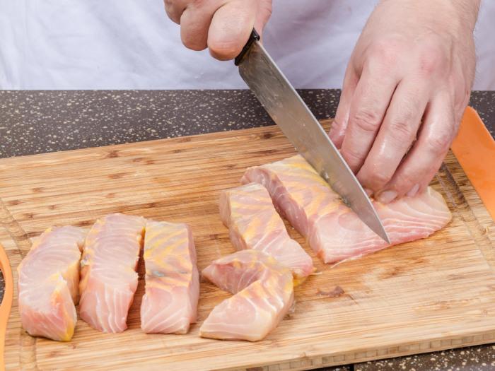 Затем рыба солится, перчится и режется на куски. /Фото: vkusnyashki.top.