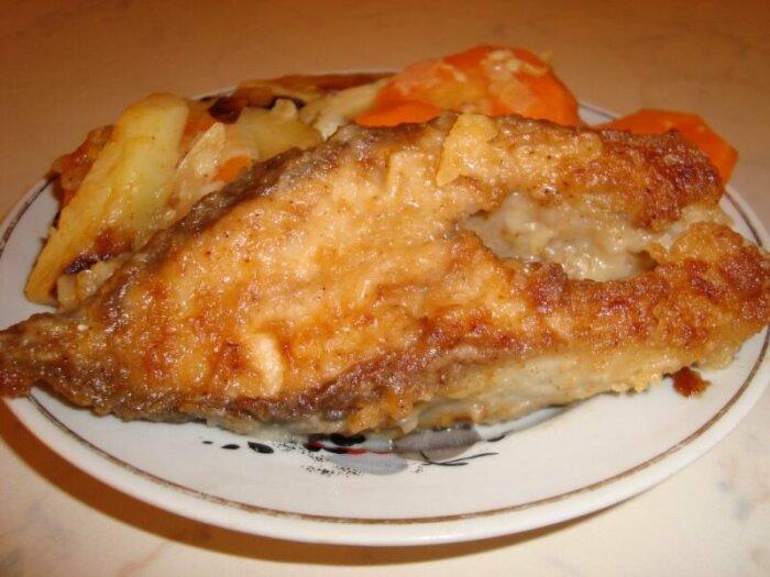 Во время обжарки бросаем на сковороду к рыбе несколько тонких ломтиков картофеля. /Фото: koolinar.ru.