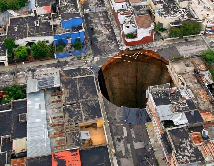 Огромная дыра в земле пугает.