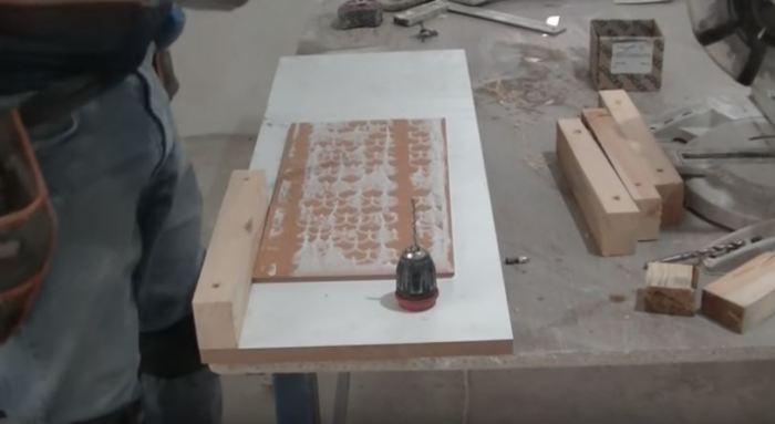 Замеры делаются при помощи плитки. /Фото: youtube.com.