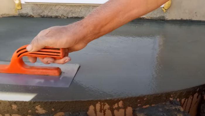 После каждого рассеивая сухого цемента добавляем воду. /Фото: youtube.com.