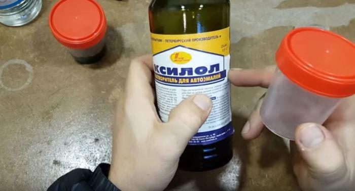 Льем растворитель и ждем. /Фото: youtube.com.