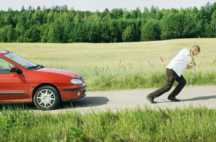 Двигатель машины должен быть включен. /Фото: svademir.ru.