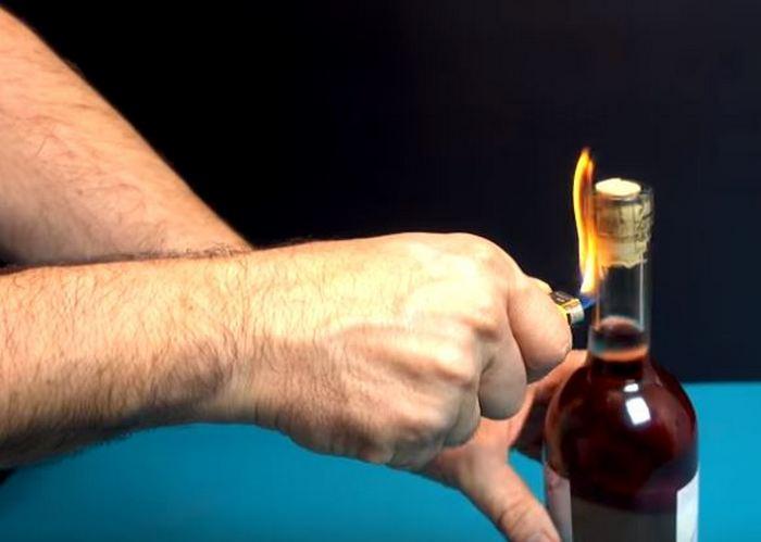 Греем бутылку. /Фото: youtube.com.