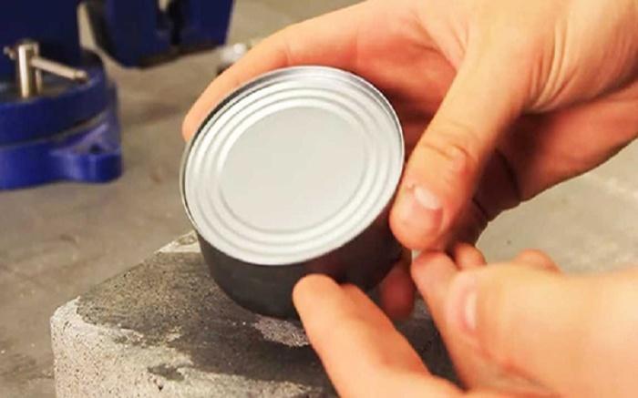 Как открыть любую консервную банку голыми руками, если нет другой возможности
