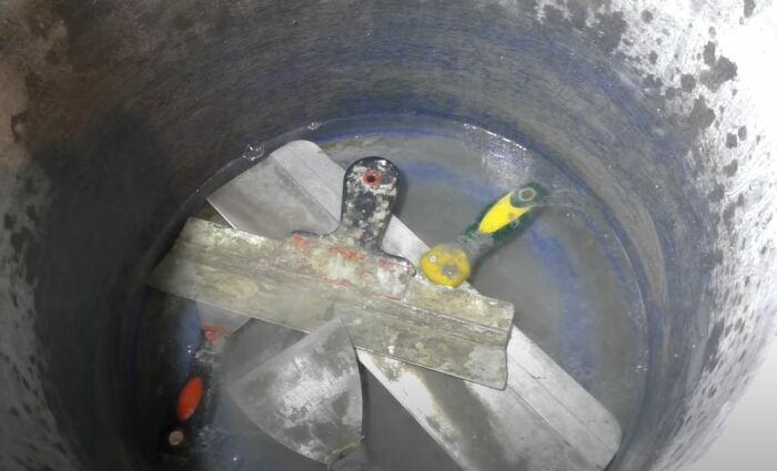 Кладем шпатели в ведро. /Фото: youtube.com.