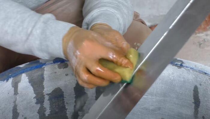 Прилипая грязь будет удаляться легкими движениями. /Фото: youtube.com.