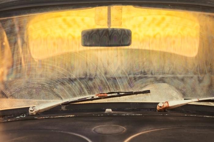 Грязное автомобильное стекло. /Фото: moyidorogi.ru.