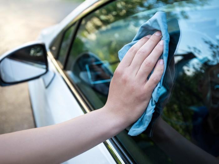 Чистить стекло автомобиля. /Фото: maxservice.by.