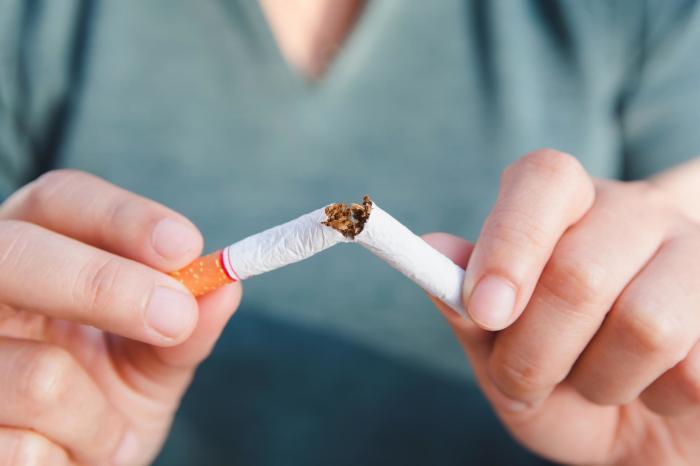 Разломать сигарету. /Фото: twitter.com.