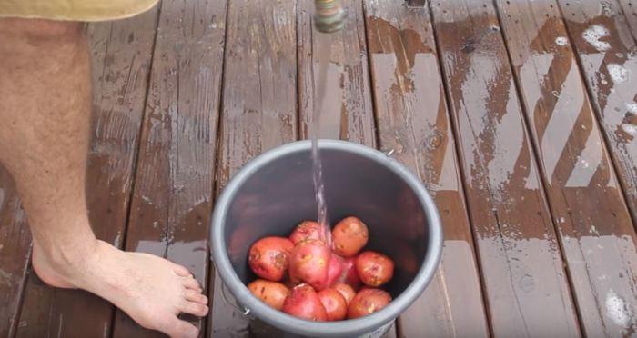 Насыпаем картошку, наливаем воду. /Фото: youtube.com.
