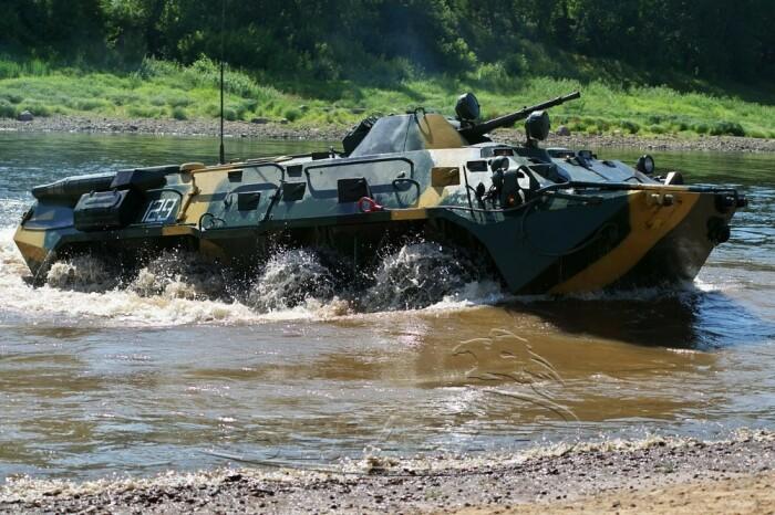 Чтобы научить БТР плавать пришлось разработать полностью новый кузов. /Фото: belapan.by.