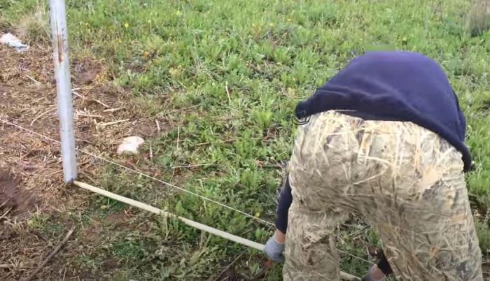 Готовим столбики. /Фото: youtube.com.