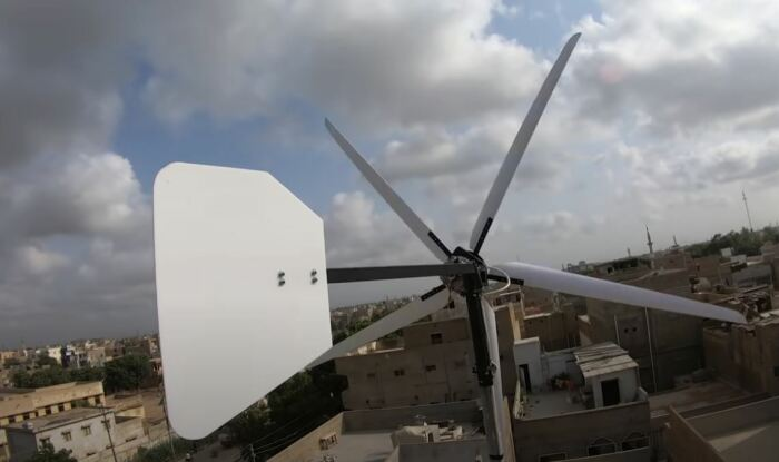 Чем сильнее ветер, тем меньше лопасти. /Фото: youtube.com.
