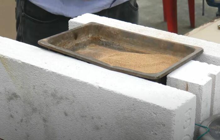 Греем песок на плите. /Фото: youtube.com.