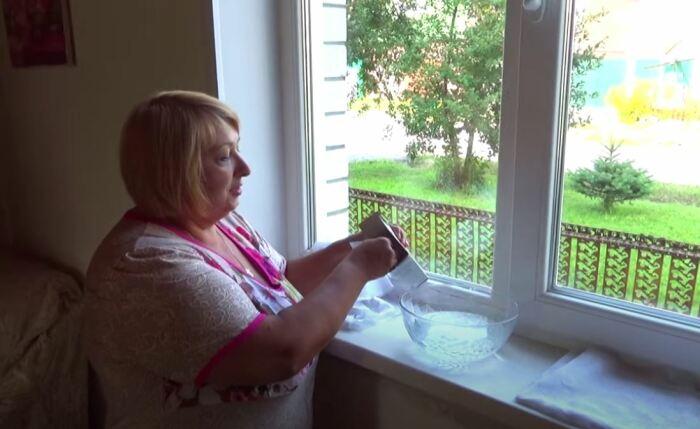 Моем окно, готовим листы тюли. /Фото: youtube.com.