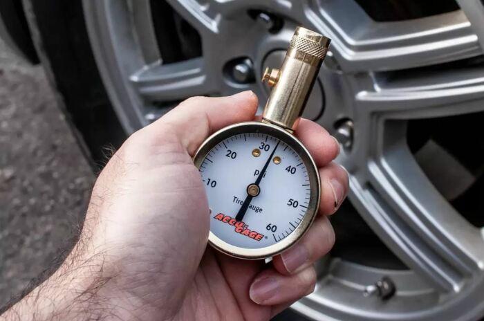 Лучше проверить давление специальными приборами. /Фото: autorambler.ru.