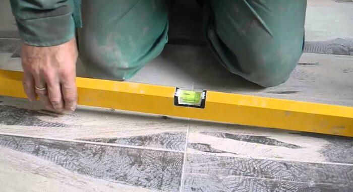 Проверить уровень совсем не сложно. /Фото: plitkahelp.com.
