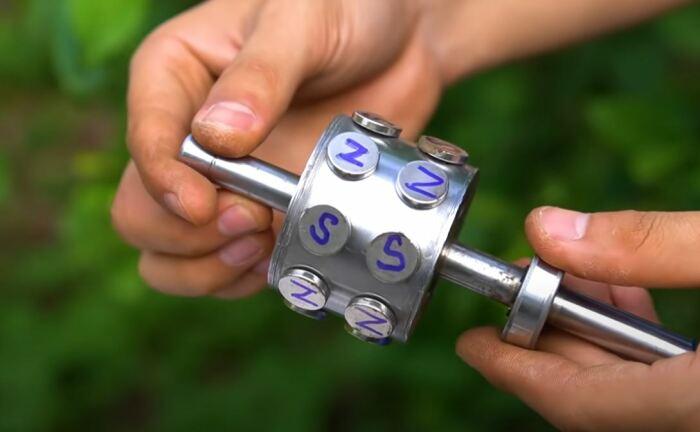 Ставим магниты. /Фото: youtube.com.
