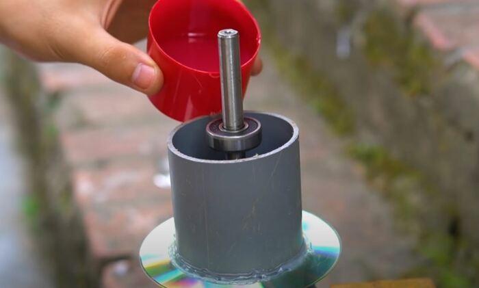 Заливаем магниты лаком или смолой. /Фото: youtube.com.