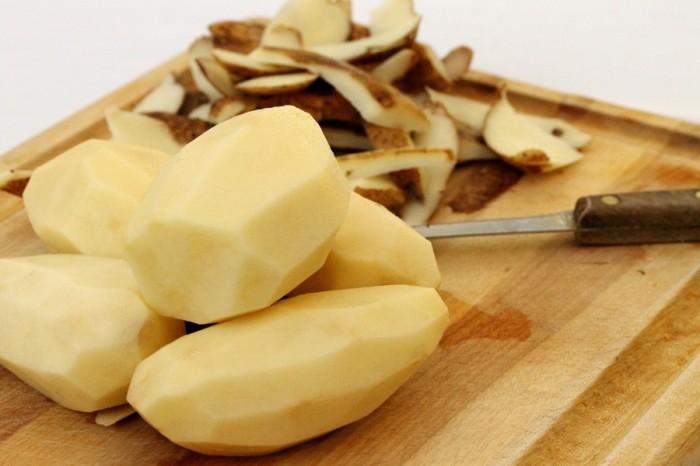 Чистим картошку. /Фото: fb.ru.