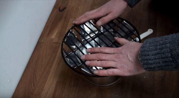 Устанавливаем решетку. /Фото: youtube.com.