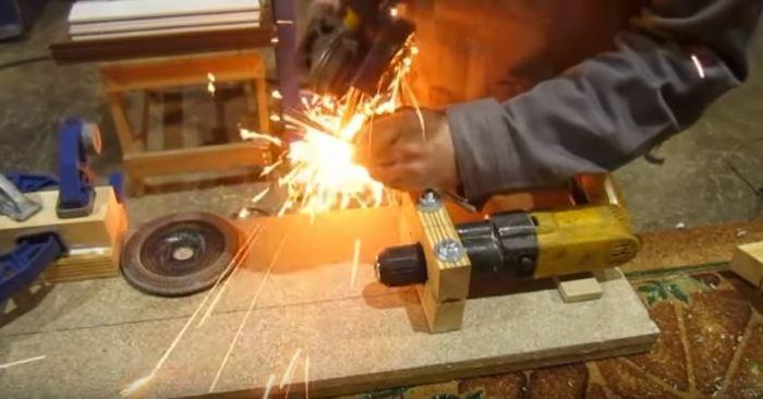 Делаем прорез и заточку. /Фото: youtube.com.