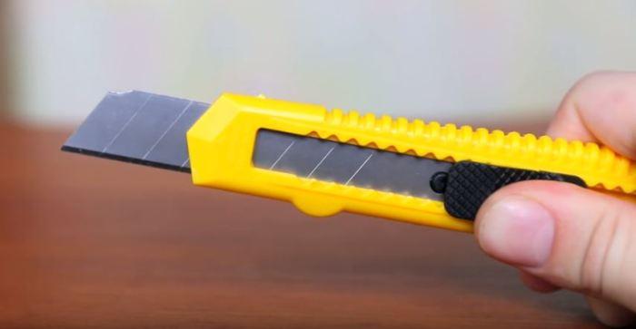 Берем нож. /Фото: youtube.com.