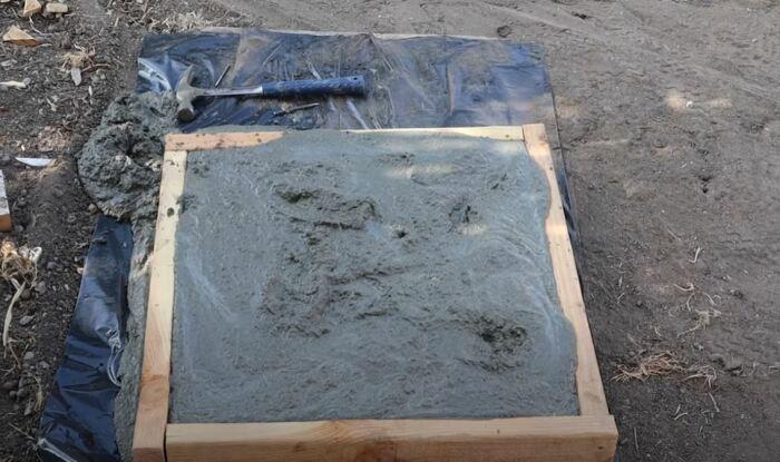 Делаем форму, готовим бетон. /Фото: youtube.com.